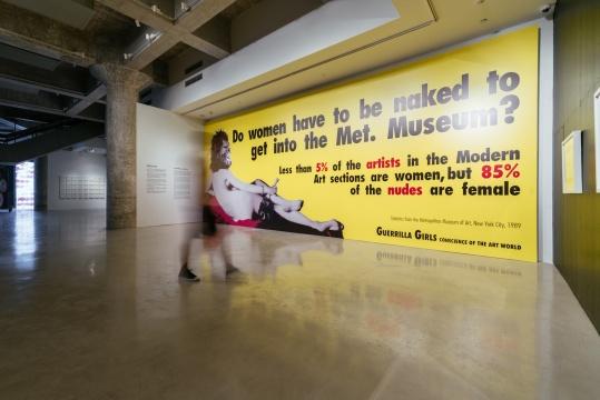 展览现场,游击队女孩(艺术家组合)作品《女性一定要裸体才能进入大都会博物馆吗?》