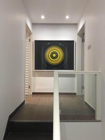 楼道的白墙上是马晟哲的作品