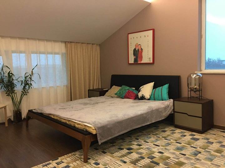卧室的床头,是艺术家南方为Freda夫妇画的结婚照