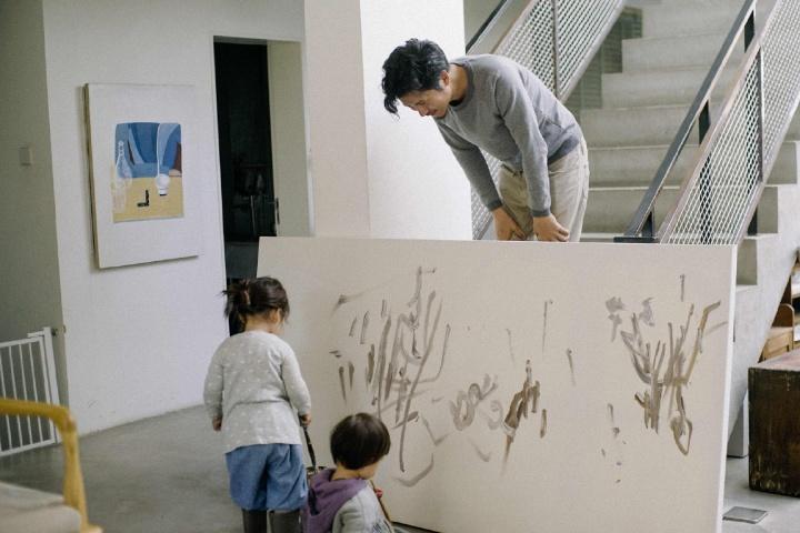 闲暇时,弦子也喜欢自己动手画画,左边墙上挂的就是她自己的作品,女儿大概也继承了她的这个爱好