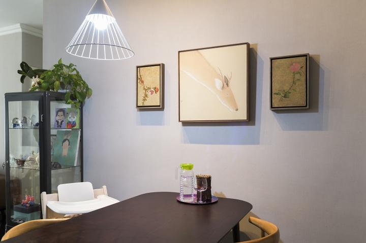 餐桌旁的墙上是李莹的《一枝花》和《绽放》,中间是李戬《东瞻图》