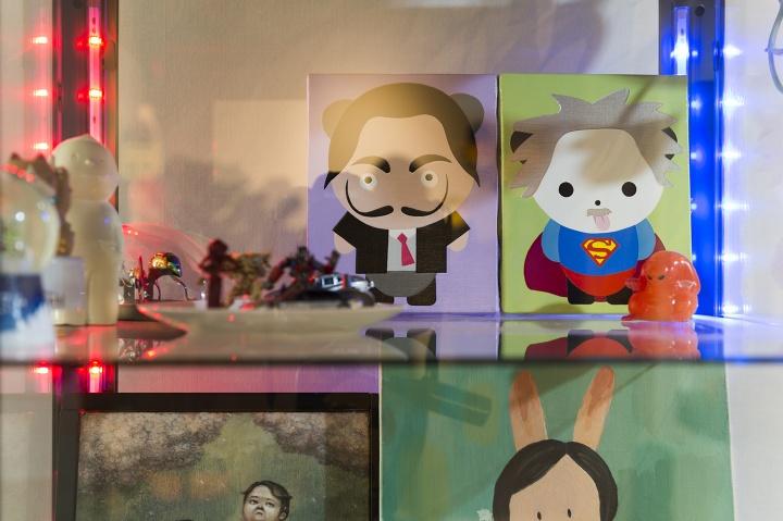 玩偶和小尺幅绘画集中在客厅的玻璃柜中