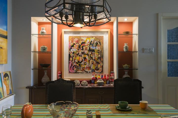 """罗小虎家的客厅和餐厅,几乎都被画和""""小玩意儿""""填满"""