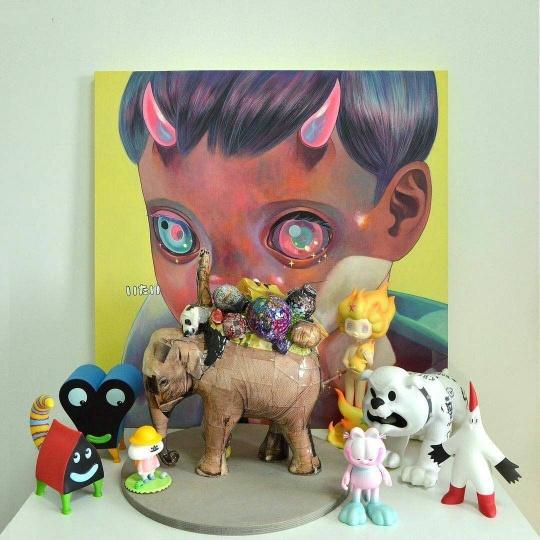 """下田光的绘画作品,中间的""""大象""""是权五祥的雕塑,以及一些设计师玩具"""