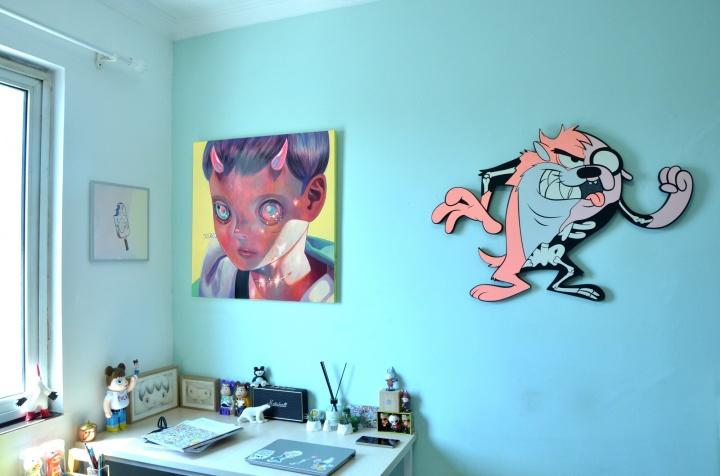 墙上左边是日本艺术家下田光的作品《Whereabouts of God #33》,右边是西班牙艺术家Coté Escrivá 的作品《Twisted Taz》