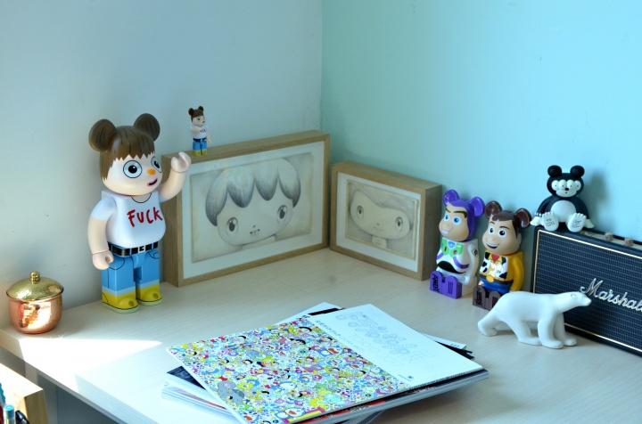 桌面上绘画与Be@rbrick玩具来自西班牙艺术家Javier Calleja