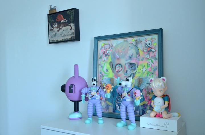 左边的绘画是从玉兰堂买的颜秉卿《老虎屁股摸不得》,右边的绘画是下田光的《Life and Deach》,桌上的玩具来自Jeremyville、Steven Harrington下田光