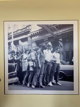 1970年纽约市苏活区《街头运动(军-行进)》  第一排左一为伊冯娜·雷娜