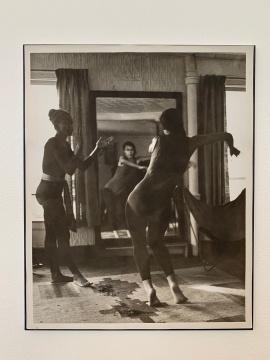 1957年,伊冯娜·雷娜与教她费周五的老师路易斯·吉克斯