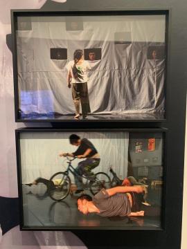 文慧《37°8报告》排练照 2006  图中自行车为艺术家王鲁炎的作品