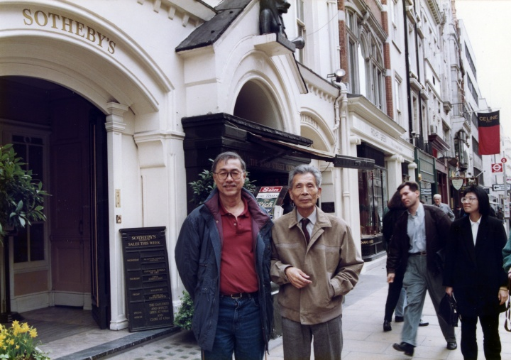1992年,蔡斯民与吴冠中在伦敦苏富比公司门口