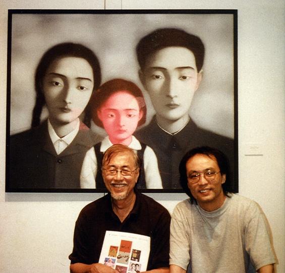 """1997年""""红与灰""""展览现场,蔡斯民与张晓刚"""