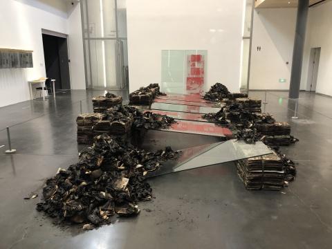 陈箴 《历史的地基》 240×380×950cm 燃烧过的报纸、报纸灰烬、线、玻璃、丝网印刷的玻璃 1993