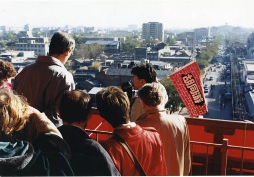 """之后徐勇关于""""胡同""""的实践转向了真是的社会生活层面,他通过多方沟通开发了""""胡同游""""项目,这个项目的推出从侧面显示了九十年代国家文化政策的进一步开放"""