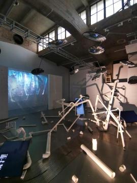 """王子月 """"镜子"""" 三频录像及空间装置 PVC管搭建结构,广角镜现成品数件 5分钟 尺寸可变"""