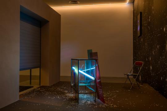 陈维 《Goodbye (上海)》295(H)*400(W)*300cm地毯,灯,控制器,塑料珠,铁,玻璃,亚克力,椅子,手机,电源,雪弗板,涂料,油漆,墙纸,石膏板,铝龙骨 2019