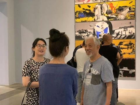 栗宪庭(右)与刘锋植的妻子(中)