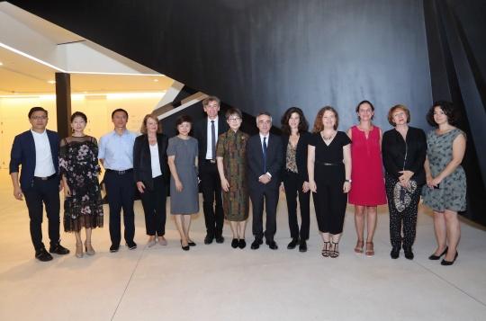参加9月6日上海民生现代美术馆开幕的嘉宾合影