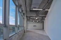 用纱布模仿墙面肌理,王卫在马凌画廊翻转现实空间