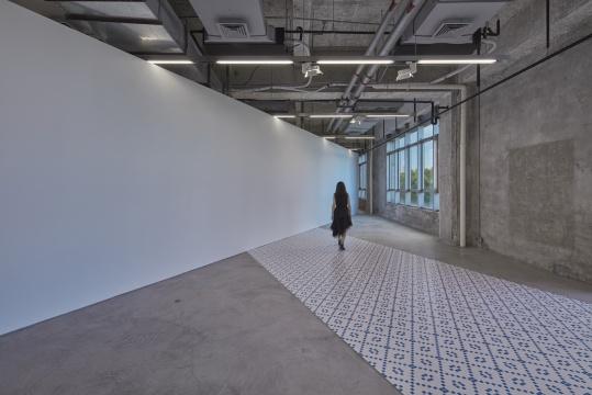 """""""那个是用纱布做的一层模仿墙面的肌理""""展览现场  摄影:张宏"""