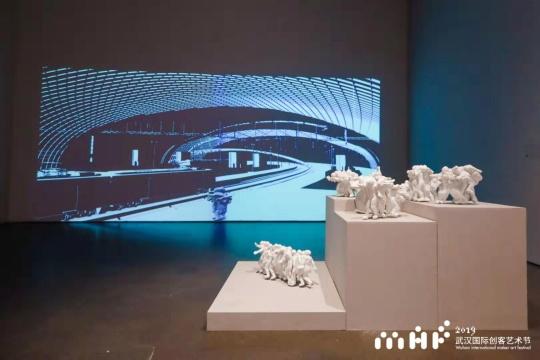 """缪晓春 """"陀螺舞"""" 影像投影和3D雕塑 2018"""