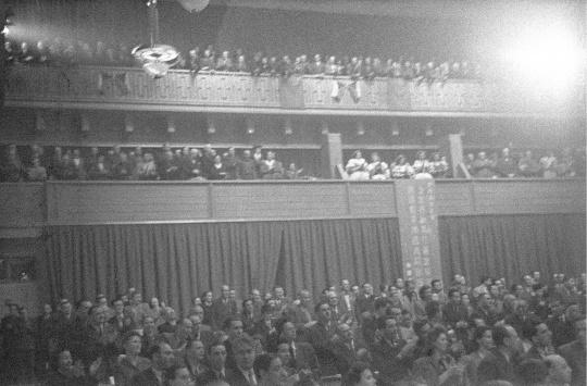 南京解放的消息传到世界拥护和平大会布拉格会场,全体代表都一致起立热情地欢呼,石少华摄,1949