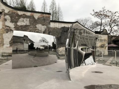 第二届乌镇国际艺术双年展,安尼施·卡普尔《双眩》 225x480x60cm+217.8x480x101.6cm 雕塑,不锈钢 2012