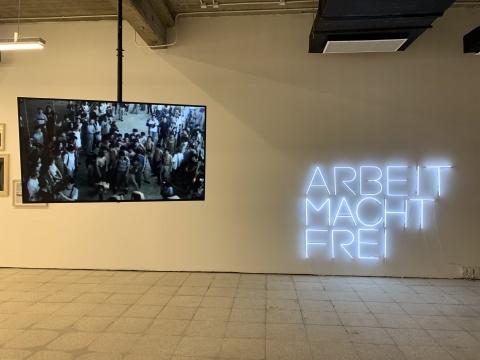 """""""工厂、机器与诗人的话——艺术中的现实光影""""现场,文慧《与民工跳舞》、吴小军《劳动使人自由》"""