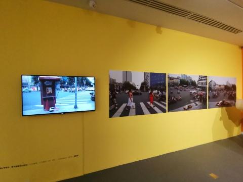 何利平 《只要心中有沙,哪都是马尔代夫!》120×99cm 行为录像、行为图片 25'03 2015