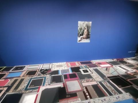 《主妇写真集》100cm x 66cm 照片2016 (上)  《主妇的机械劳动》尺寸可变 方布 2016 (下)