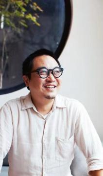西安人,家具设计硕士 [多少 MoreLess]原创家具创始人 【晒上海】和【意思】设计展策展人 中国家具协会设计工作委员副主任 上海市工业设计协会副会长