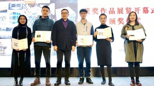 四川美术学院原院长罗中立教授为获奖艺术家颁奖