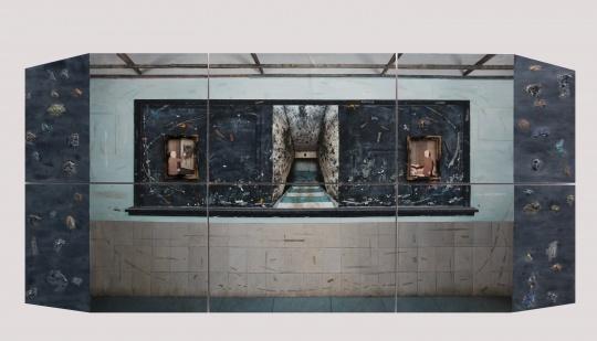 刘洪涛《圣域》323cm×153cm 纸本丙烯 2019  获奖理由——刘洪涛绘画的主观性是强烈的,他试图通过绘画有力地介入社会,绘画的语言、场域、方式都凝聚了他对于社会性与权利话语的思考,他对绘画形式的这一自觉实验既有绘画语言的价值,更具有观念探索的意义。