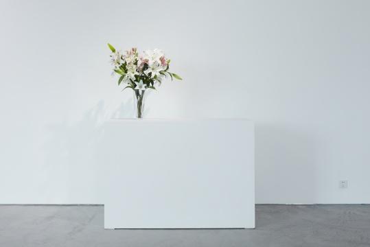 关尚智《Lilies》尺寸可变 12枝不同的人工百合 2012 图片由艺术家和马凌画廊提供 摄影:张宏