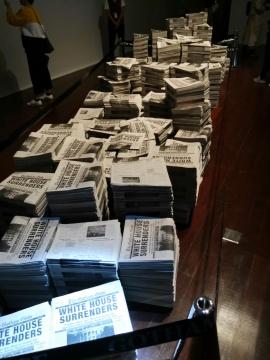 凯瑟琳·安德鲁斯《佐德花》 不锈钢、纸、乙烯基、墨、LED 灯 2017