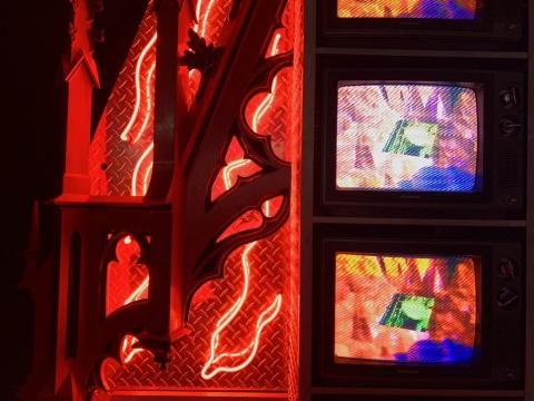 白南准《宇宙船远征虚拟金星》 482×256×81cm铝制外壳,13寸 视像萤幕(型号 三星TL31 46M)(共36件) ,霓虹灯管、雷射激光视盘(共3张) ,雷射激光视盘播放机(共3件) ,录像母带(共3件) ,木制装饰品 ,19世纪石雕 1991  估价:1000万-1500万元