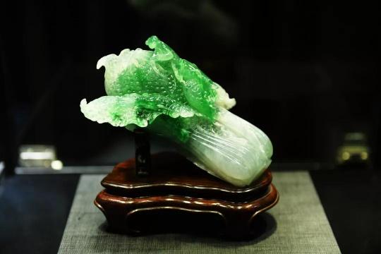 极其罕有天然翡翠白菜摆件