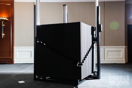 李晖x潘建伟艺术组合作品《薛定谔的魔盒》
