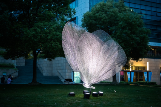 法国光影雕塑家Cédric Le Borgne的作品《蝴蝶》,位于创智天地
