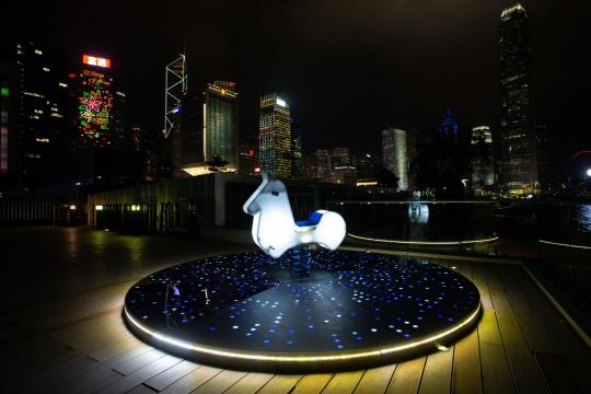 """意⼤大利利艺术家Luigi Console & Valentina Novembre的作品《""""骑""""乐⽆无穷》,位于上海海新天地"""