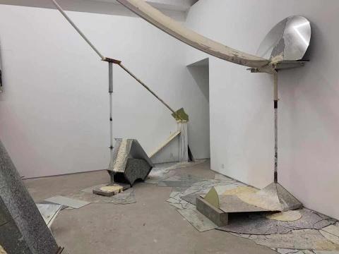 最混乱危险的展览现场 刘月构建出人造物与自然力的对抗
