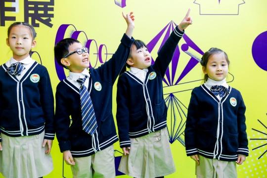 八大附小的孩子们朗诵《星星与花》