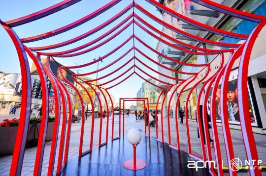 """在新鸿基地产集团旗下北京apm展出的""""Arches 穿梭之门"""""""