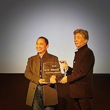范迪安主席分别为中华世纪世纪坛艺术馆和湖南美术馆颁发举办纪念牌及授牌