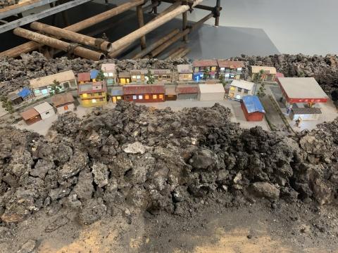 邢丹文 《只缘身在此山中》 600×400×120cm 煤渣等综合材料装置 2017