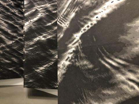 陈琦用中国传统黑白水印木刻作品《2012生成与弥撒》,德基美术馆藏