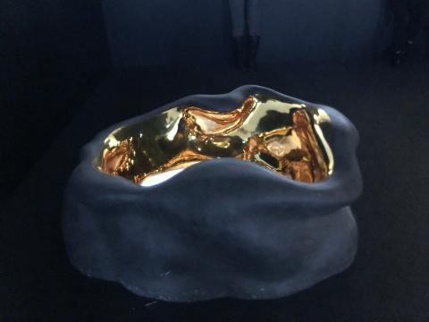 配合影像《金色之名》存在的装置散落在屏幕周围,屏幕嵌在雕塑里被安置在地面上