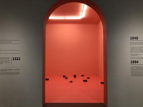 为了让展览更契合国内观众的需求,嘉德艺术中心展厅入口处的墙面以图文方式开启威尼斯双年展历史的知识普及