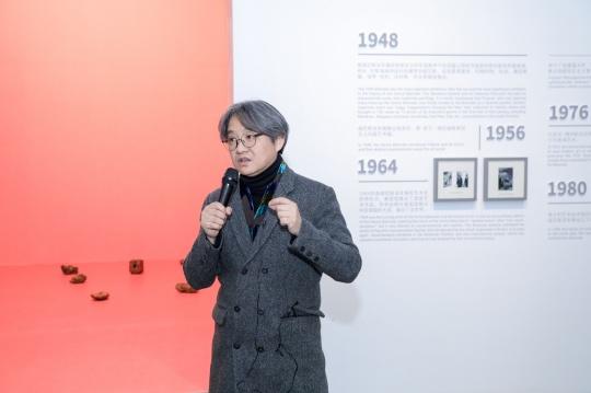 策展人吴洪亮为嘉宾及媒体导览