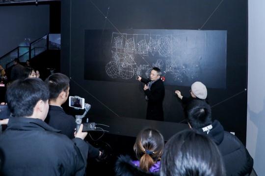 费俊在现场为观众介绍交互装置《情绪几何》